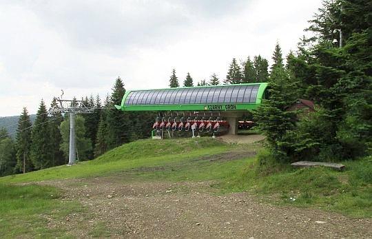 """Górna stacja ośrodka narciarskiego """"Czarny Groń""""."""