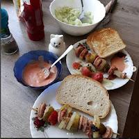 szaszłyki z białej grillowej kiełbasy boczku wędzonego (ewentualnie plaster szynki), cebuli i ogórków z papryką po kartusku