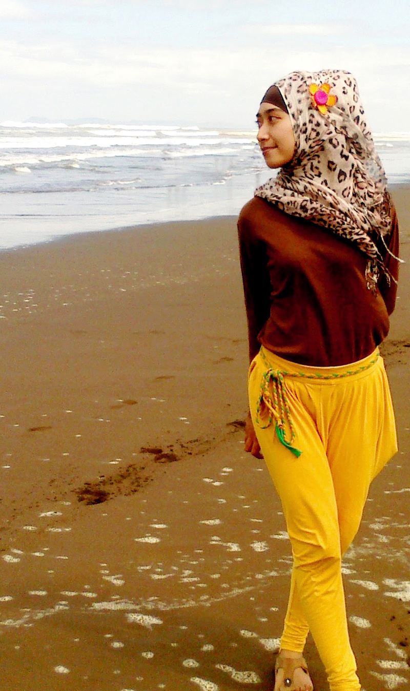 Githa Algian Yusnia Putri pakai celana kuning longgar