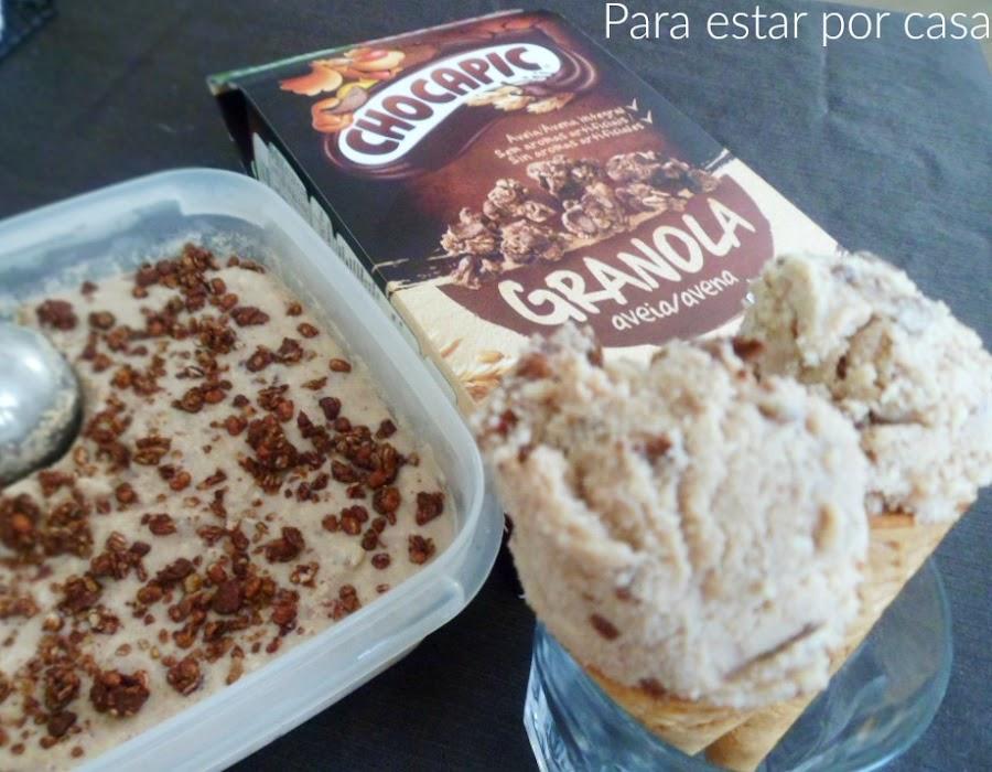 Helado de chocolate blanco y granola