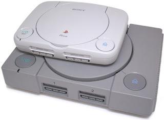 comparación de tamaño entre la consola PSOne y la consola PlayStation Original