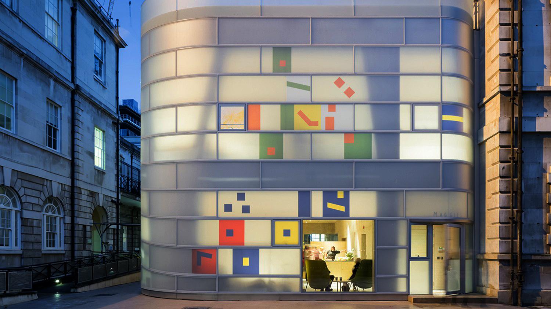 Edificio dentro de otro edificio de Steven Holl   [ Arte+ ]