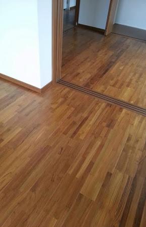 集合住宅の床に使用したチーク無垢フローリングの施工写真