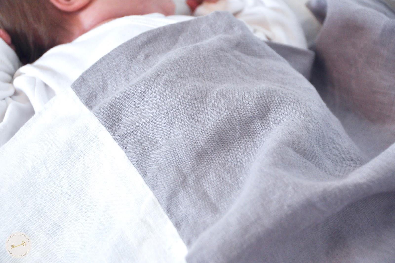 Vauva nukkuu Vera Vera lakanoissa.