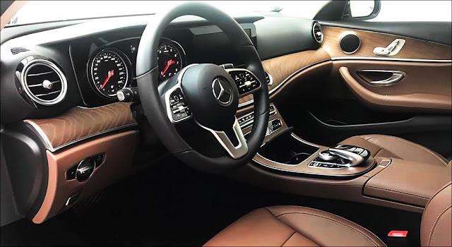 Bảng taplo Mercedes E200 2019 facelift được ốp gỗ Open-pore Ash màu Nâu nhạt trải dài trên bề mặt Taplo và 2 bên cửa