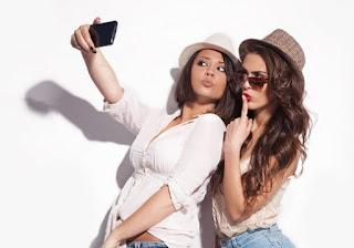 Menurut Ahli Kesehatan, Ternyata Memandangi Foto Selfie Rekan Buat Wanita Semakin Tidak Percaya Diri