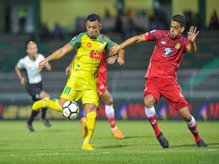 Kedah meletakkan sandaran ke atas Sandro (kiri) untuk mengetuai serangan mereka merobek gawang Kelantan, Ahad ini.