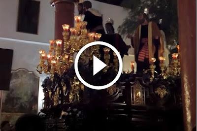 Entrada completa del beso de judas el año 2011 el Lunes Santo en la semana santa de sevilla en el interior de la iglesia de santiago el mayor en el barrio de santa catalina mientras suenan la marcha real o himno de españa, la marcha divino redentor y la marcha costalero