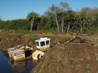 Máquinas limpiando los canales