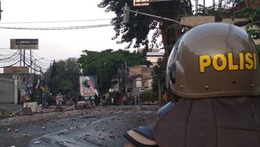 Jelang Berbuka Puasa Massa Kembali Ricuh di Slipi, Polisi Dihujani Batu