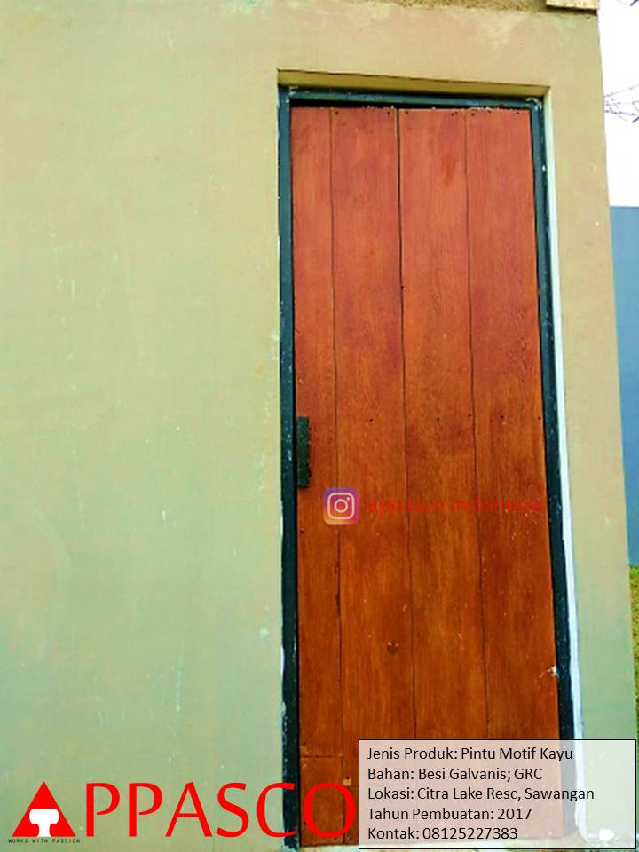 Pintu Motif Kayu Kusen Besi Galvanis di Sawangan