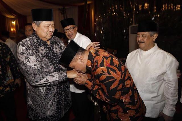 Gatot Nurmantyo Cium Tangan SBY