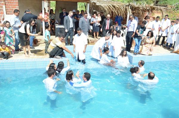 Assembleia de Deus batiza 49 pessoas, lança pedra fundamental em Pedra Preta e inaugura casa pastoral em Japi