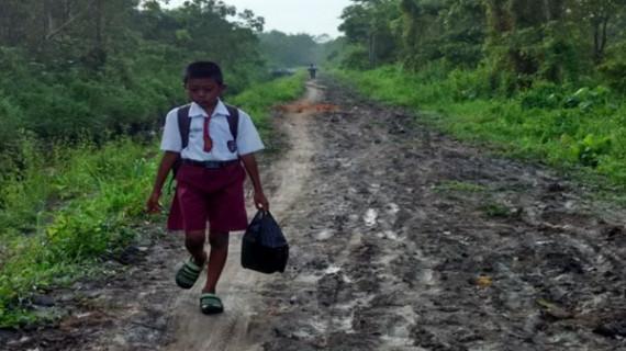 Tempuh Jalan Berlumpur Sepanjang 7 Km, Bocah Ini Sekolah Sambil Jualan Pisang Molen Demi Keluarga