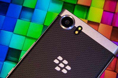 BlackBerry ganó un litigio con Qualcomm por derechos y regalías, una batalla legal que comenzó en 2016. Ésta también es una buena noticia para Apple. La gigante tecnológica canadiense anunció el miércoles la victoria legal sobre Qualcomm, por lo que la fabricante de procesadores deberá pagar US$815 millones por derechos y regalías de contratos entre ambas compañías. La batalla legal entre BlackBerry y Qualcomm comenzó en 2016 por no poderse poner de acuerdo en si los pagos de regalías de BlackBerry a Qualcomm debían incluirse en los pagos de licencias. Qualcomm tiene varias licencias de tecnología y servicios patentados y