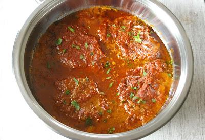 karkówka w pomidorach z cebulą i powidłami