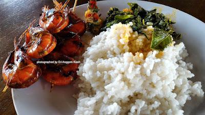 Sepiring nasi putih dengan sate udang dan gule udang daun singkong di RM Bio Tirta.