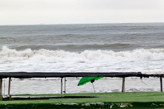 El mar rompiendo en la costa en un día desapacible.