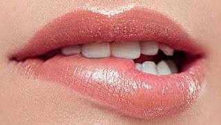 10 Cara Mengatasi Bibir Kering, Pecah-Pecah Dan Hitam 100% Secara Alami