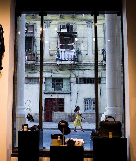 A boutique é de luxo mas o contexto é degradante.