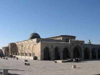 """Sejarah Masjid Al Aqsa    Masjid Al-Aqsha (Arab: المسجد الاقصى , Al-Masjid Al-Aqsa, arti harfiah: """"masjid terjauh"""") adalah salah satu   bangunan yang menjadi bagian dari kompleks bangunan suci di Kota Lama Yerusalem (Yerusalem Timur) yang   dikenal dengan nama Al-Haram asy-Syarif bagi umat Islam dan dengan nama Har Ha-Bayit (Bukit Baitallah   atau Temple Mount) bagi umat Yahudi dan Nasrani.  Di dalam Al Quran nul karim dinyatakan bahwa Nabi Muhammad SAW diangkat ke Sidratul Muntaha dari lokasi   ini pada tahun 621 Masehi, menjadikan masjid ini sebagai tempat suci di Islam (lihat Isra' Mi'raj.)   Allah berfirman: """"Maha Suci Allah, yang telah memperjalankan hamba-Nya pada"""