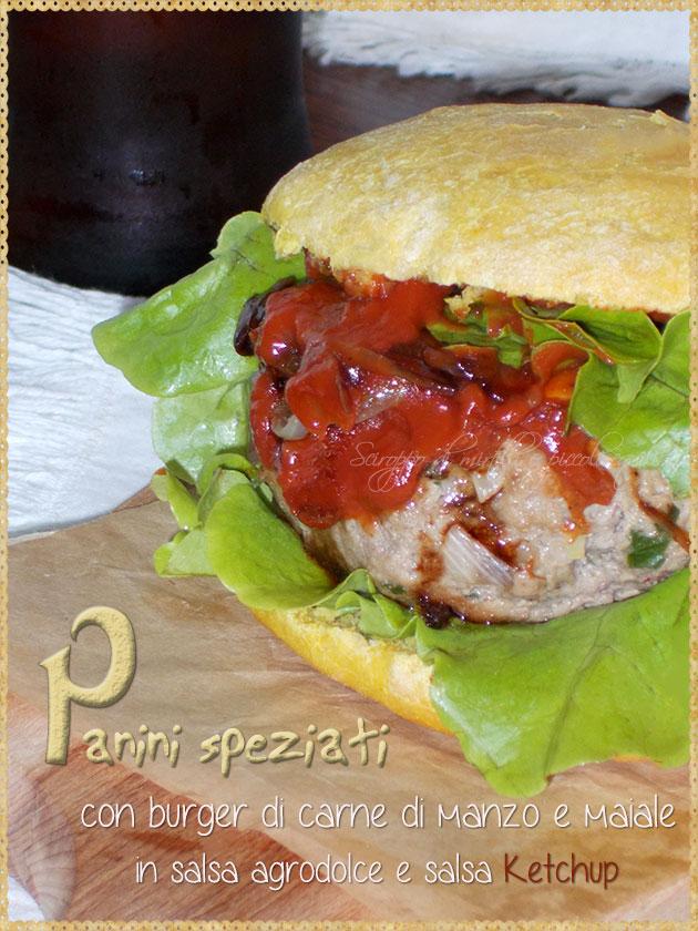 Panini speziati con burger di carne di manzo e maiale in salsa agrodolce e salsa Ketchup