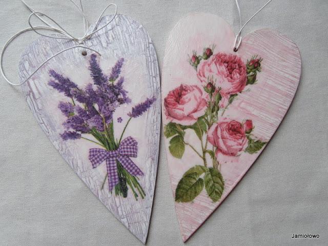drewniane serca ozdobione motywem lawendy i róż