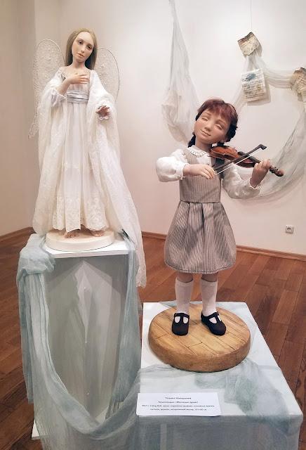 девочка со скрипкой и ангел, стоящий у неё за спиной, пять историй старого дома, выставка авторской куклы