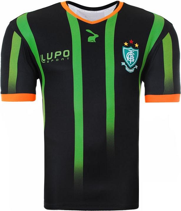 A camisa titular é predominantemente preta com faixas verticais verde com  efeito degradê e o desenho do mascote. A gola e os punhos são na cor laranja . 8aab4cec0b36e