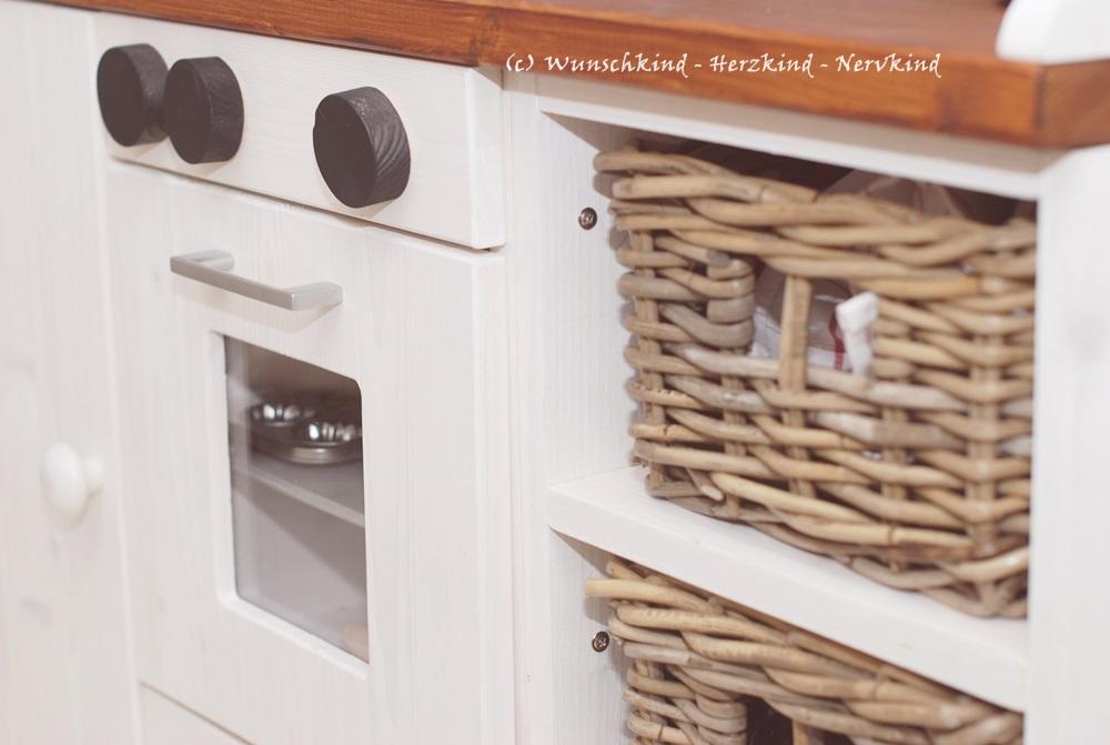 Eine selbstgebaute Kinderküche ist etwas ganz Besonderes und kann sich individuell auf den vorhandenen Platz und die eigenen Wünsche anpassen. Auch die Höhe kann frei gewählt werden und so wird die Küche zu einem langgenutzten Spielerlebnis!  Kinderküche selbstgemacht, Spielküche selbstgemacht, Kinderküche aus Holz, Spielküche aus Holz, DIY Kinderküche, DIY Spielküche, Holzküche für Kinder