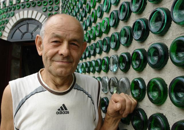 Долгих 20 лет он сносил во двор бутылки