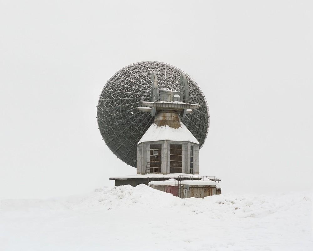 Antena espacial en la nieve