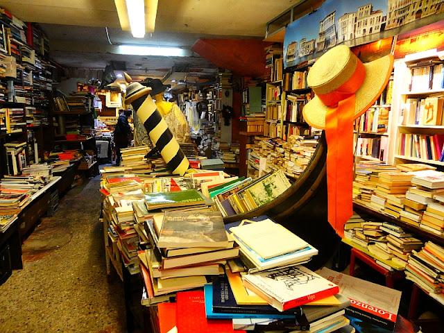 Libreria Alta Acqua. Benátky. Gondola plná knih