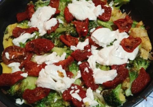 Una frittata hecha con tomates secos, brocoli y queso de cabra