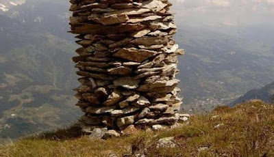 Seni Menandai Tempat Penting dengan Gundukan Batu