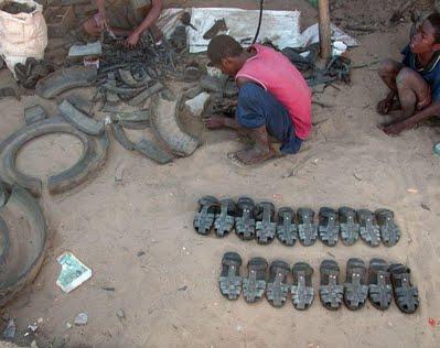 Yoksul ülkedeki ayakkabıcı çocuk.