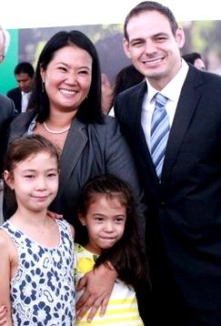 Foto de Keiko Fujimori con su esposo e hijas