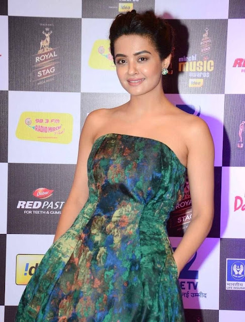 Surveen Chawla at 8th Mirchi Music Awards Pictures 2016