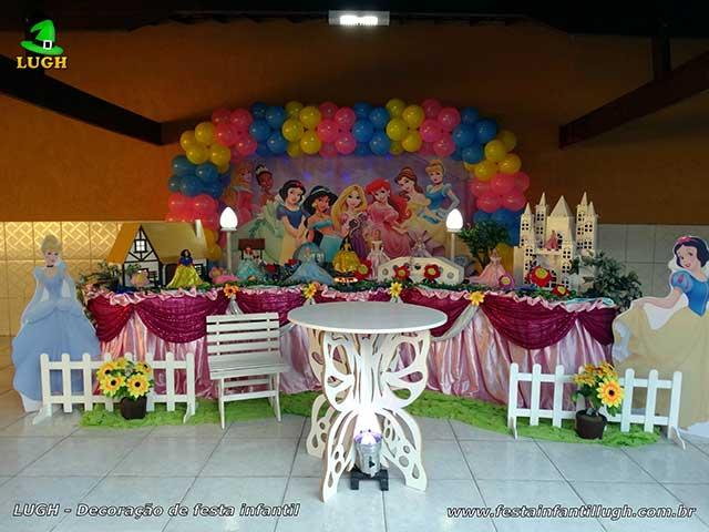 Decoração festa de aniversário Princesas Disney - Mesa temática tradicional luxo de tecido (pano)