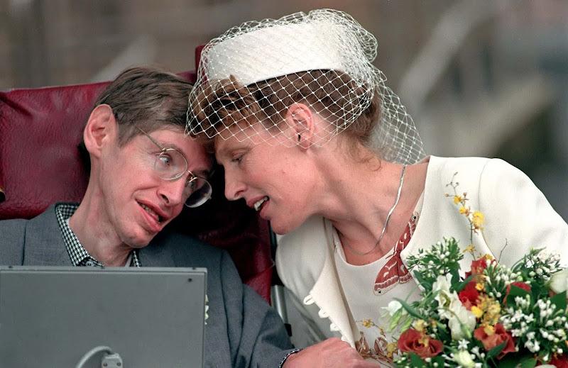 Stephen Hawking cùng người vợ thứ hai của ông là bà Elaine Mason hạnh phúc bên nhau sau khi đăng ký kết hôn ở Cambridge. Hình ảnh: Tim Ockenden/PA.