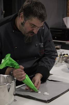 Fotografia di chef Sergio Maria Teutonico mentre lavora