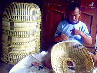 Pengrajin dan penjual tudung saji bambu Tasikmalaya