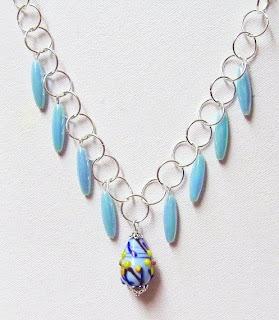 Fler pärlor på pinnar och en handgjord kedja av stora bindringar. 02d415c4c6a75