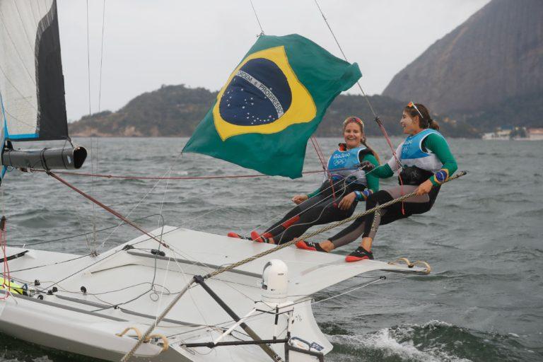 Rio de Janeiro - As brasileiras Martine Grael e Kahena Kunze conquistaram o ouro na classe 49er FX da vela dos Jogos Olímpicos Rio 2016, na regata final na Baía de Guanabara. Foto: Fernando Frazão/Agência Brasil)