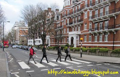 Cruzando el paso de cebra de Abbey Road, Londres