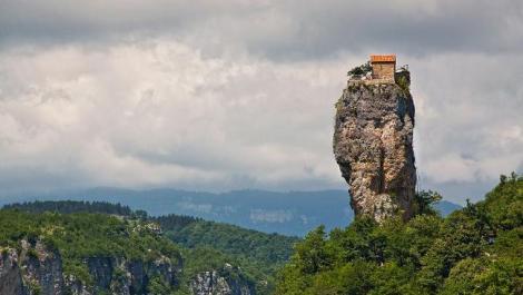 rumah unik diatas batu