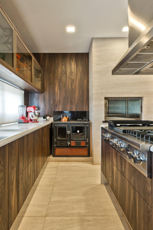 Cozinha Com Churrasqueira Integrada Decorada Com Madeira E M Rmore