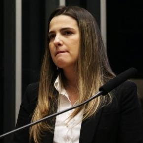 Clarissa Garotinho chora na Câmara e chama prisão do pai de abuso de poder