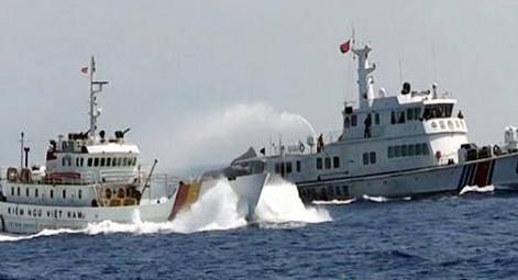 Tàu Trung Quốc phun vòi rồng vào tàu Việt Nam