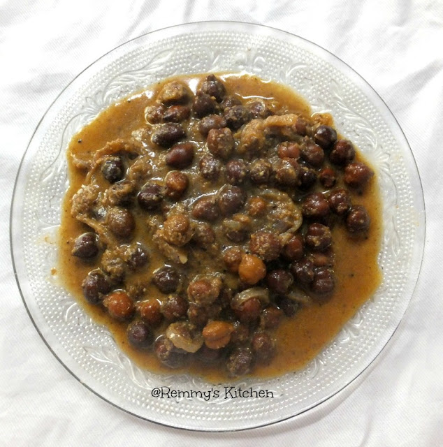 Varutharcaha kadala curry / Chickpeas in roasted coconut gravy